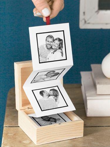 Pequeña caja de Madera con fotos de los mejores recuerdos juntos.