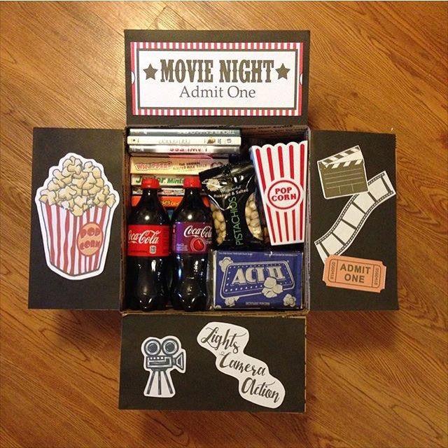 Kit para un día de película que puedes hacer tus mismas utilizando una caja, y añadiendo lo esencial para una noche de sofá y peli.