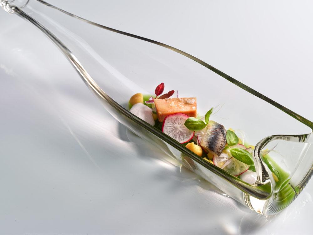 Hígado de rape reposado en clorofila de mar, anchoas y ensalada de algas