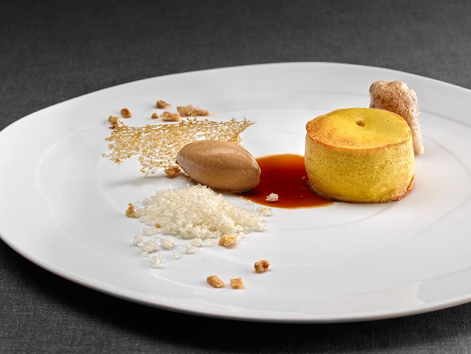 Zumo traslúcido de café y granizado de miel con almendra tostada en pastel tibio